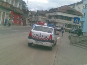 politia oprita inaintea trecerii pentru pietoni